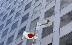 <p>La société japonaise Panasonic a suspendu la production dans deux de ses usines en Chine et a provisoirement fermé un troisième site, victimes des violences antijaponaises survenues en Chine depuis samedi. /Photo prise le 9 juillet 2012/REUTERS/Kim Kyung-Hoon</p>