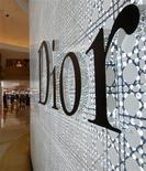 <p>Le titre Christian Dior évolue en nette baisse lundi à la Bourse de Paris après la publication du chiffre d'affaires trimestriel du groupe de luxe, qui a fait ressortir un ralentissement plus marqué que prévu de l'activité. /Photo d'archives/REUTERS/Bobby Yip</p>