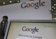 <p>Imagen de archivo de un guardia de seguridad en la recepción de las oficinas de Google en Hyderabad, India, feb 6 2012. Una corte de apelaciones de Estados Unidos dejó el lunes en suspenso un juicio entre Google y miles de autores para esperar el resultado de una apelación realizada por el gigante de internet contra una orden que concedió al reclamo el estatus de demanda colectiva. REUTERS/Krishnendu Halder</p>