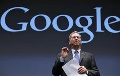 <p>Selon Eric Schmidt, directeur général de Google, le géant de l'internet ne prévoit pas de proposer à Apple d'intégrer à nouveau son service de cartographie Google Maps sur l'iPhone 5, alors que le groupe à la pomme l'a remplacé par son propre système. /Photo prise le 25 septembre 2012/REUTERS/Kim Kyung-Hoon</p>