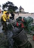 """<p>La Cour de cassation a confirmé mardi la condamnation pénale de Total prononcée en appel en 2010 pour la """"pollution maritime"""" provoquée sur les côtes bretonnes par le naufrage du pétrolier Erika en 1999. /Photo d'archives/REUTERS/Jacky Naegelen</p>"""