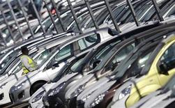 <p>Pour éviter la fermeture définitive des usines automobiles françaises en difficulté, Arnaud Montebourg s'est dit mardi favorable à un recours accru au chômage partiel, comme le font les Allemands. /Photo prise le 7 septembre 2012/REUTERS/Vincent Kessler</p>