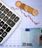 <p>A trois jours de la présentation du projet de budget 2013, la question se pose de savoir si la France pourra continuer de bénéficier de conditions de financement aussi favorables sur le marché de la dette souveraine. /Photo d'archives/REUTERS/Dado Ruvic</p>