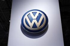 """<p>Volkswagen a annoncé une dégradation des conditions sur le marché automobile. Le premier constructeur automobile européen juge l'environnement économique de l'industrie automobile """"significativement plus difficile"""" mais compte toujours détrôner Toyota en devenant le premier constructeur mondial d'ici 2018. /Photo d'archives/REUTERS/Mike Segar</p>"""
