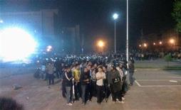 <p>Un grupo de policías de civil y de uniforme reunidos durante una protesta en una fábrica de Foxconn en Taiyuan, China, sep 24 2012. Una enorme pelea dentro de una fábrica de Foxconn, que interrumpió la producción del principal proveedor de Apple en China por 24 horas, puso en relieve un arduo régimen de trabajo, en donde los empleados duermen en las plantas y soportan normas de seguridad extremas. REUTERS/Zhang Bo</p>