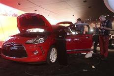 <p>Préparation du stand Citroën au Mondial de l'automobile, qui ouvre ses portes au grand public samedi à Paris. Dans un contexte de crise, les modèles low cost et premium, ressorts actuels du marché, y tiendront la vedette./Photo prise le 26 septembre 2012/REUTERS/Jacky Naegelen</p>