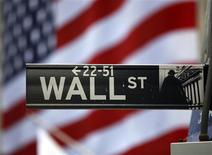 <p>Wall Street a ouvert sur une note mitigée mercredi, en l'absence de nouveaux facteurs d'impulsion après le coup de pouce apporté par les banques centrales européenne et américaine en début de mois. Le Dow Jones avance de 0,06%, le Nasdaq Composite abandonne 0,18% et le Standard & Poor's limite son repli à 0,16%. /Photo d'archives/REUTERS/Chip East</p>