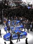 <p>Les constructeurs automobiles réunis au Mondial de l'automobile de Paris, qui ouvrait jeudi ses portes à la presse, ont fait preuve de pessimisme au sujet des perspectives du marché européen. /Photo prise le 27 septembre 2012/REUTERS/Jacky Naegelen</p>