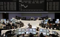 <p>Les Bourses européennes restent bien orientées à la mi-séance. À Francfort, le Dax gagne 0,50% à 10h45 GMT et à Londres, le FTSE prend 0,38%. À Paris, le CAC 40 rebondit de 0,72% à 3.439,57 points. /Photo prise le 27 septembre 2012/REUTERS/Remote/Marte Kiessling</p>