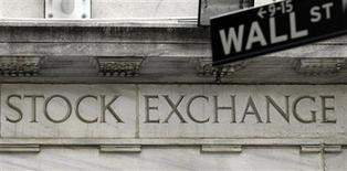 <p>Wall Street a ouvert en hausse modérée jeudi malgré la publication d'une série d'indicateurs américains reflétant la morosité de la conjoncture économique aux Etats-Unis. Dans les premiers échanges, le Dow Jones gagne 0,41% à 13.468,36 points. Le Standard & Poor's, plus large, prend 0,39% à 1.438,93 points, tandis que le composite du Nasdaq progresse de 0,28% à 3.102,44 points. /Photo d'archives/REUTERS/Chip East</p>