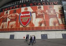 <p>Le club de football de première division anglaise Arsenal a plus que doublé ses bénéfices avant impôts en 2011-2012, à hauteur de 36,6 millions de livres (46 millions d'euros), grâce notamment à la vente à l'été 2011 de plusieurs joueurs, dont Cesc Fabregas et Samir Nasri. /Photo d'archives/REUTERS/Chris Helgren</p>