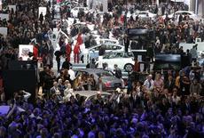 <p>Au Mondial de l'Automobile à Paris. Les dirigeants des grands constructeurs automobiles ont tous livré jeudi le même message lors de l'ouverture à la presse de ce salon: l'année 2013 s'annonce tout aussi désastreuse que 2012 en Europe, ce qui rend le problème de surcapacités encore plus criant et la nécessité de diminuer le nombre d'usines de voitures en Europe. /Photo prise le 27 septembre 2012/REUTERS/Christian Hartmann</p>