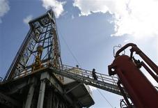 <p>Les cours du pétrole ont terminé en nette hausse jeudi sur le marché new-yorkais, les tensions entre l'Iran et l'Occident ravivant les craintes de perturbations dans l'approvisionnement mondial en brut. /Photo d'archives/REUTERS/Enrique De La Osa</p>