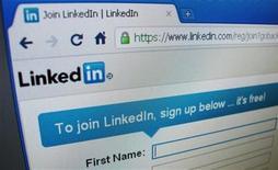 """<p>Foto de archivo del sitio web Linkedin visto en la pantalla de un ordenador en Singapur, mayo 20 2011. La red social profesional LinkedIn Corp le permitirá a sus usuarios """"seguir"""" y recibir actualizaciones de personas que no figuran en su lista de contactos, una decisión que podría incrementar el uso del sitio. REUTERS/David Loh</p>"""