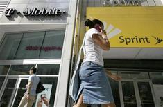 <p>Sprint Nextel réfléchit à l'éventualité de lancer une contre-offre sur MetroPCS, qui vient d'accepter, mercredi, de fusionner avec T-Mobile USA, filiale de Deutsche Telekom, selon une source proche du dossier. /Photo d'archives/REUTERS/Brendan McDermid</p>