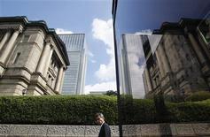 <p>La Banque du Japon a laissé sa politique monétaire inchangée vendredi, avec son principal taux d'intérêt dans une fourchette de zéro à 0,1%. La banque centrale ignore ainsi les pressions politiques en faveur d'un nouveau soutien à l'économie alors que la baisse des exportations vers la Chine et l'Europe menacent l'archipel nippon d'une nouvelle récession. /Photo prise le 5 octobre 2012/REUTERS/Yuriko Nakao</p>