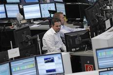 <p>Traders à la Bourse de Francfort. Les introductions en Bourse ont été particulièrement faibles cet été en Europe avec seulement 57 sociétés introduites entre juillet et septembre, selon une étude trimestrielle de PricewaterhouseCoopers. L'opérateur Deutsche Börse a vu cinq sociétés s'introduire sur son marché à Francfort, tandis que Nyse Euronext n'a recensé qu'une seule petite introduction. /Photo prise le 9 août 2012/REUTERS/Alex Domanski</p>