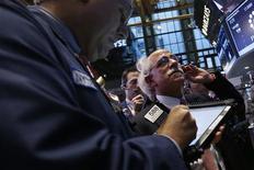 <p>Wall Street a accru ses gains après l'annonce d'une chute surprise du taux de chômage aux Etats-Unis, poussant l'indice Dow Jones à son plus haut niveau depuis cinq ans. Le Dow a atteint un plus haut de séance à 13.661 points. /Photo prise le 5 octobre 2012/REUTERS/Mike Segar</p>