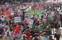 <p>Manifestation contre les mesures d'austérité espagnoles à Madrid. Des milliers de personnes ont défilé dimanche en Espagne pour protester contre les sévères mesures d'austérité annoncées par le gouvernement. /Photo prise le 7 octobre 2012/REUTERS/Andrea Comas</p>