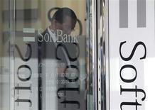 <p>Softbank, troisième opérateur de téléphonie mobile au Japon, a annoncé lundi son intention d'acheter jusqu'à 70% du capital de son homologue américain Sprint Nextel, numéro trois aux Etats-Unis, dans le cadre d'une transaction pouvant représenter jusqu'à 20,1 milliards de dollars (15,5 milliards d'euros). /Photo prise le 15 octobre 2012/REUTERS/Yuriko Nakao</p>
