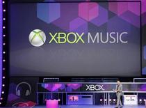 <p>Microsoft a annoncé lundi que son nouveau service de musique numérique Xbox Music, destiné à rivaliser avec iTunes d'Apple et Cloud Player d'Amazon, serait disponible à partir de mardi et dans 22 pays sur ses consoles de jeu. /Photo prise le 4 juin 2012/REUTERS/Fred Prouser</p>