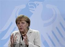 <p>La chancelière allemande, Angela Merkel, s'est déclarée lundi en accord avec son ministre des Finances allemand qui a écarté l'idée d'une faillite de la Grèce et ajouté qu'une sortie d'Athènes de la zone euro serait dommageable pour tout le monde. /Photo prise le 20 septembre 2012/REUTERS/Tobias Schwarz</p>