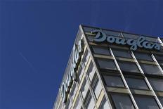 <p>La société de capital-investissement Advent a lancé une offre de rachat du groupe allemand Douglas Holding, conjointement avec la famille fondatrice, qui valorise le distributeur à 1,5 milliard d'euros. /Photo prise le 28 août 2012/REUTERS/Alex Domanski</p>