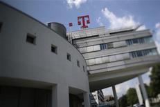 <p>Deutsche Telekom va procéder à des suppressions d'emplois supplémentaires pour enrayer la baisse de son chiffre d'affaires en Europe. /Photo d'archives/REUTERS/Wolfgang Rattay</p>