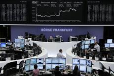 <p>Les Bourses européennes ont clôturé en vive hausse mardi, soutenues par des informations de marché selon lesquelles le gouvernement allemand ne serait pas hostile à l'octroi d'un crédit européen de précaution à l'Espagne, ainsi que par des statistiques et des résultats de sociétés jugés rassurants aux Etats-Unis. Le CAC 40 a fini sur un gain de 2,36%, la Bourse de Francfort s'est octroyée 1,58% et celle de Londres 1,12%. /Photo prise le 16 octobre 2012/REUTERS/Remote/Marte Kiessling</p>