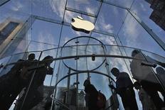 <p>Apple organisera un évènement sur invitation le 23 octobre prochain à San Jose, en Californie, au cours duquel le groupe -qui n'a pas mentionné l'objet de l'invitation- pourrait dévoiler une nouvelle tablette iPad, de dimension plus petite, destinée à concurrencer Amazon.com et Google, déjà bien installés sur le marché. /Photo prise le 19 septembre 2012/REUTERS/Eduardo Munoz</p>