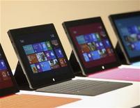 <p>Microsoft a ouvert mardi les précommandes pour sa tablette Surface, qui sera disponible à la vente à partir du 26 octobre à un prix moins élevé que l'iPad d'Apple. /Photo prise le 18 juin 2012/REUTERS/David McNew</p>