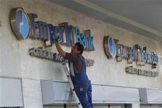 <p>Crédit agricole a annoncé mercredi la cession d'Emporiki à Alpha Bank et estimé que cette transaction viendra réduire le résultat net, part du groupe, pour un montant estimé à 2 milliards d'euros. /Photo prise le 2 octobre 2012/REUTERS/John Kolesidis</p>