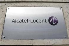 <p>Alcatel-Lucent (+5,35%) signe la plus forte hausse des indices CAC 40 et SBF 120, l'équipementier télécoms profitant d'un contrat avec China Mobile. A 12h30, l'indice CAC 40 avançait de 0,28% à 3.510,69 points, après avoir oscillé entre 3.494,35 points (-0,2%) et 3.517,12 points (+0,5%) en matinée. /Photo d'archives/REUTERS/Charles Platiau</p>
