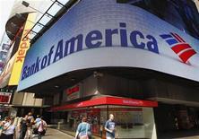 <p>Bank of America a publié un bénéfice inattendu de 340 millions de dollars au troisième trimestre en dépit du coût du règlement d'un litige dans le dossier du rachat de Merrill Lynch. /Photo prise le 22 juin 2012/REUTERS/Brendan McDermid</p>
