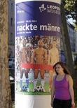 """<p>Le musée Leopold de Vienne a décidé de couvrir les """"parties intimes"""" de trois joueurs de football, qui apparaissent nus sur de grands posters affichés dans la capitale autrichienne pour annoncer une exposition, en raison du tollé provoqué. /Photo prise le 17 octobre 2012/REUTERS/Herwig Prammer</p>"""