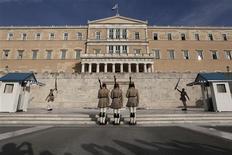 """<p>Le Parlement grec à Athènes. Après plusieurs mois de négociations souvent difficiles, la Grèce et la """"troïka"""" de ses créanciers internationaux se sont mis d'accord sur l'essentiel des mesures d'austérité et des réformes à mettre en oeuvre par Athènes pour obtenir de nouveaux fonds et éviter la faillite. /Photo prise le 17 octobre 2012/REUTERS/Yorgos Karahalis</p>"""