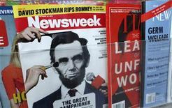 <p>Una edición de la revista Newsweek en un quiosco en Nueva York, oct 18 2012. Newsweek, el afamado semanario estadounidense, publicará su último número impreso el 31 de diciembre para pasar a ser una plataforma 100 por ciento digital desde el 2013, en otro ejemplo de cómo la prensa se está adaptando a los cambios en los hábitos de los lectores. REUTERS/Carlo Allegri</p>