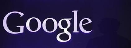 <p>Foto de archivo del logo de Google expuesto en un evento promocional de la firma en Seúl, sep 27 2012. Por lo menos siete corredurías recortaron sus estimaciones de precios para las acciones de Google luego que la compañía no cumplió las expectativas de ganancias del mercado, aunque analistas dijeron que los crecientes ingresos por publicidad para dispositivos móviles auguran un mejor desempeño. REUTERS/Kim Hong-Ji</p>