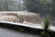 <p>فيضان مياه نهر جراء الاعصار ساندي في كينجستون يوم الاربعاء - رويترز</p>