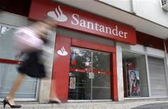 <p>Santander, première banque de la zone euro, annonce jeudi une chute de 66% de son bénéfice net sur les neuf premiers mois de l'année à 1,8 milliard d'euros, un résultat plombé par cinq milliards de pertes sur des investissements dans l'immobilier en Espagne. /Photo d'archives/REUTERS/Sergio Moraes</p>