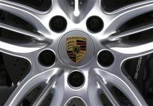 <p>Porsche enregistre une hausse de 22,9% de son bénéfice d'exploitation sur les neuf premiers mois de l'année, soutenu par les ventes du Cayenne et de la 911. /Photo prise le 27 septembre 2012/REUTERS/Jacky Naegelen</p>