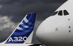 <p>Airbus veut conserver une part de 60% du marché des avions monocouloirs, comme l'A320, après deux ans d'une bataille à couteaux tirés avec Boeing sur ce segment, le plus important du marché aéronautique mondial. /Photo prise le 10 juillet 2012/REUTERS/Luke MacGregor</p>