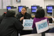 <p>Agence pour l'emploi à San Francisco. Les inscriptions hebdomadaires au chômage ont diminué plus que prévu aux Etats-Unis lors de la semaine du 20 octobre, à 369.000 contre 392.000 (révisé) la semaine précédente. Les économistes attendaient en moyenne 370.000 inscriptions au chômage. /Photo d'archives/REUTERS/Robert Galbraith</p>