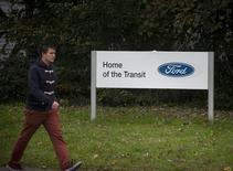<p>L'usine Ford de Southampton, dans le sud de l'Angleterre. Le constructeur automobile américain a annoncé jeudi la suppression de 1.400 emplois en Grande-Bretagne dans le cadre d'un plan de restructuration de ses activités en Europe, où le groupe prévoit de perdre plus de 1,5 milliard de dollars (1,15 milliard d'euros) en 2012. Au total, 6.200 emplois seront supprimés en Europe. /Photo prise le 25 octobre 2012/REUTERS/Kieran Doherty</p>