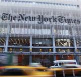 <p>L'action New York Times chutait de plus de 15% après deux heures de transactions jeudi à Wall Street, après la publication par le groupe de presse de résultats du troisième trimestre en dessous des attentes, en raison d'une baisse des revenus publicitaires. /Photo prise le 25 octobre 2012/REUTERS/Shannon Stapleton</p>