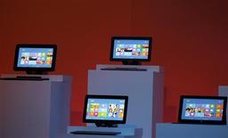 <p>Microsoft a lancé jeudi à New York son nouveau système d'exploitation Windows 8 et sa tablette tactile Surface, espérant avec ces deux produits retrouver son lustre d'antan, alors qu'Apple et Google dominent désormais le marché des technologies mobiles. /Photo prise le 25 octobre 2012/REUTERS/Lucas Jackson</p>