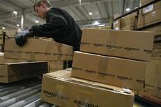 <p>Le géant du commerce en ligne Amazon.com a enregistré une perte nette de 274 millions de dollars (211 millions d'euros) au troisième trimestre, contre un bénéfice net de 63 millions de dollars lors du même trimestre de l'année précédente, notamment affecté par le ralentissement économique en Europe. /Photo d'archives/REUTERS/Fabrizio Bensch</p>