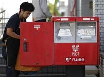 <p>Le gouvernement japonais a dévoilé vendredi un projet d'introduction en Bourse d'une partie du capital de la Poste nippone afin de financer la reconstruction des régions dévastées par le séisme et le tsunami survenus en mars 2011 et par la crise nucléaire qui en a résulté. /Photo prise le 26 octobre 2012/REUTERS/Toru Hanai</p>