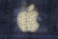 <p>Apple a publié jeudi des résultats jugés décevants pour le deuxième trimestre d'affilée et semble désormais incapable de surpasser avec régularité les attentes des investisseurs, ce qui rendra d'autant plus crucial le démarrage commercial de l'iPhone 5 et de l'iPad mini au cours des prochains mois. /Photo d'archives/REUTERS/Aly Song</p>