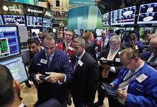 <p>Wall Street a ouvert vendredi en hausse grâce à la publication des chiffres de la croissance américaine au troisième trimestre qui sont meilleurs que prévu. Dans les premiers échanges, l'indice Dow Jones gagne 0,21%, le Standard & Poor's 500 progresse de 0,25% et le Nasdaq Composite prend 0,42%. /Photo prise le 25 octobre 2012/REUTERS/Brendan McDermid</p>